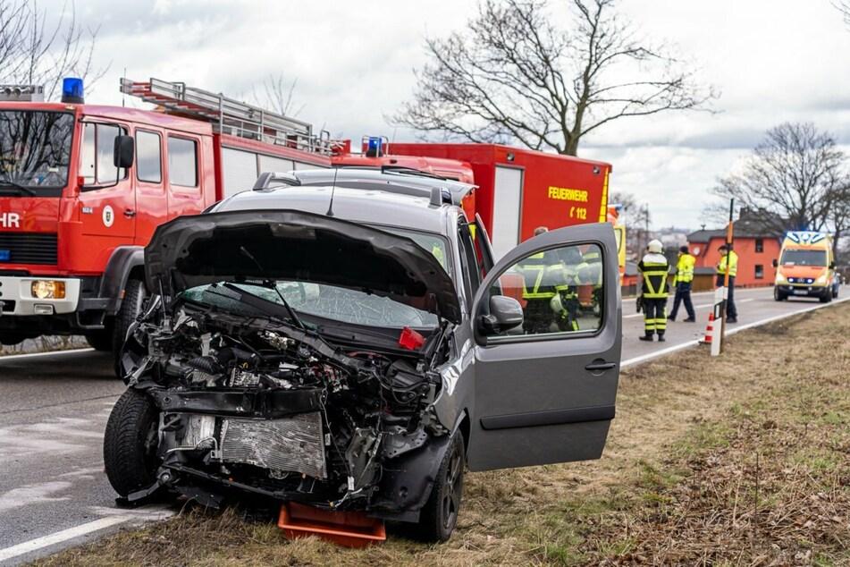 Eine Mercedesfahrerin geriet auf die Gegenfahrbahn und kollidierte dort mit einem anderen Auto.