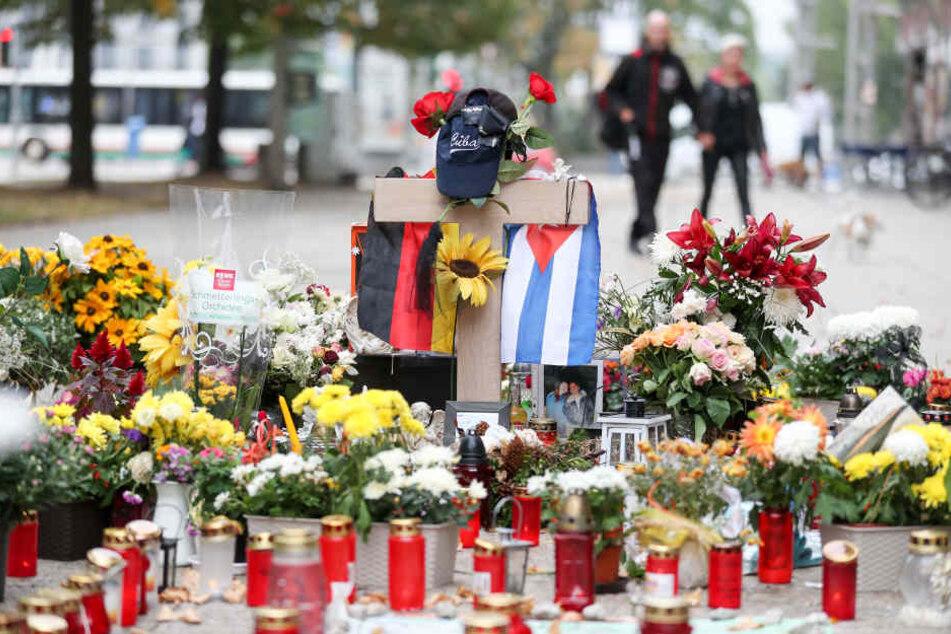 Die deutsche und die kubanische Flagge, zahlreiche Blumen und Kerzen wurden an der Stelle niedergelegt an der ein junger Mann erstochen wurde.