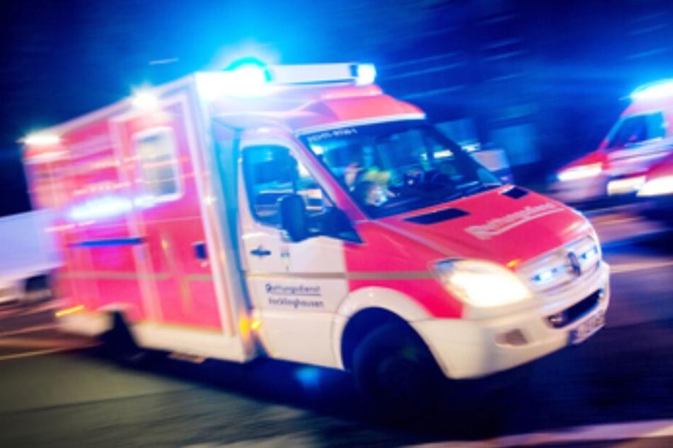 Der verletze Fahrer wurde in ein Krankenaus gebracht. (Symbolbild)