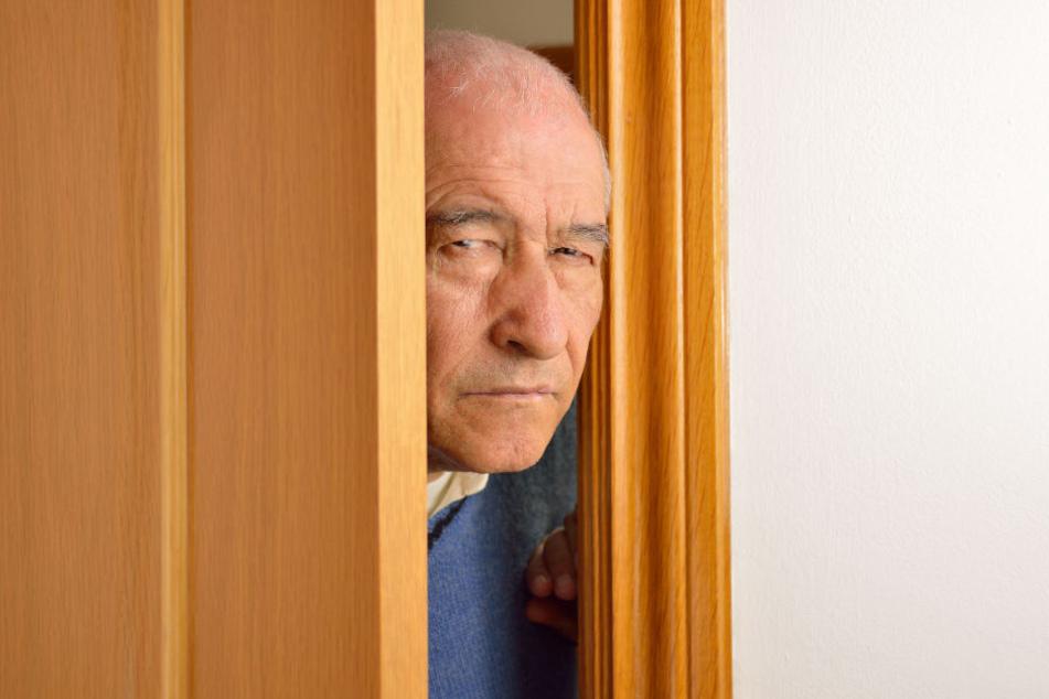 Der Rentner hätte an der Haustür wohl etwas skeptischer sein sollen. (Symbolbild)