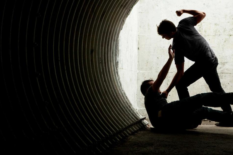 Der junge Mann lag am Boden und die Täter schlugen und traten auf ihn ein (Symbolbild).