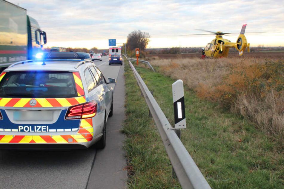 Der Autofahrer hielt auf dem Standstreifen der Autobahn.