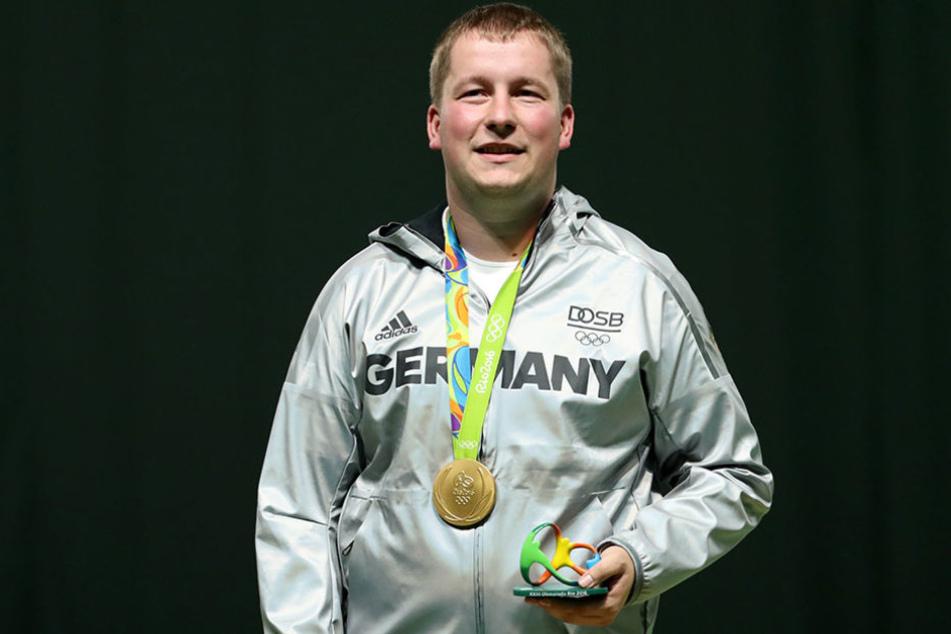 Christian Reiz freut sich über seine Goldmedaille.