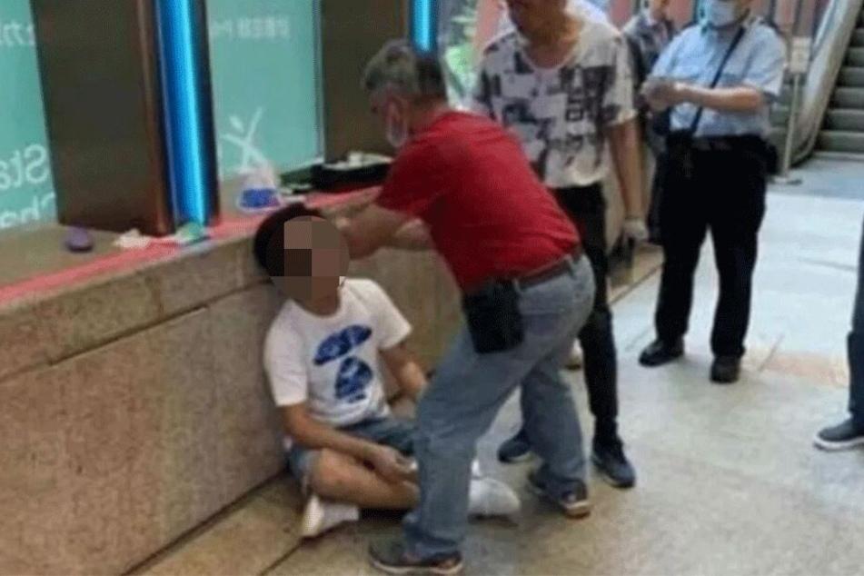 Der Mann wurde nach seinem Gespoilere von einem Sanitäter behandelt.