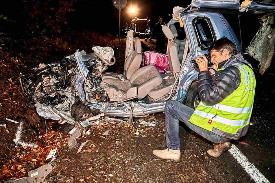 DEKRA-Gutachter Florian Vogt (40) war noch in der Nacht am Unfallort und dokumentierte den zertrümmerten Mazda, um den Hergang genau zu klären.