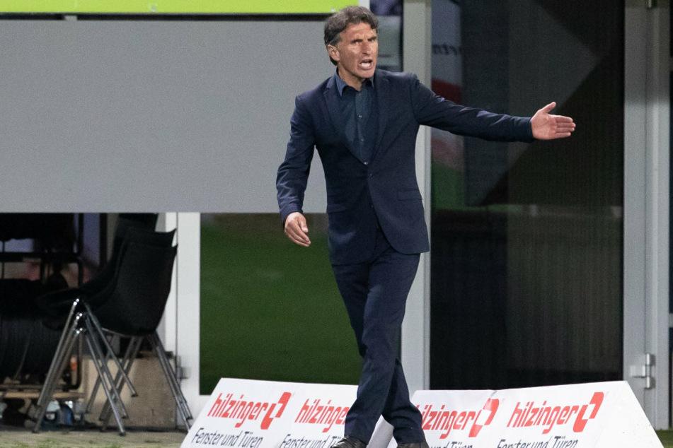 Berlins Trainer Bruno Labbadia (54) gestikuliert am Rand des Spielfeldes.