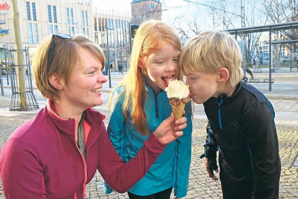 """""""Prädikat lecker"""": Jana (37), Charlotte (7) und Finian Felber (7) ließen sich das erste Eis des Jahres schmecken."""