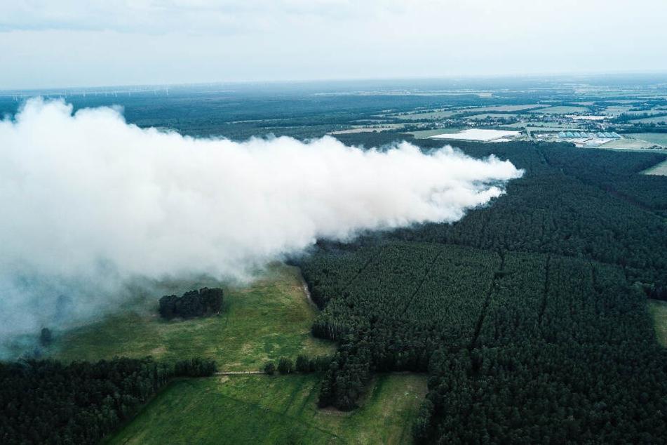 Rauch steigt in Folge eines Waldbrandes bei Jüterbog auf. Die Feuerwehr hat die Waldbrände bei Jüterbog und Hennickendorf (Teltow-Fläming) unter Kontrolle gebracht