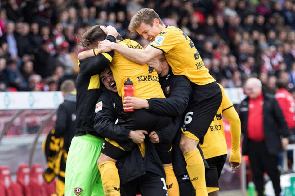 Schwarz-gelber Jubelhaufen und Hauptmann (r.) obenauf: Das 2:0 durch Niklas  Kreuzer.