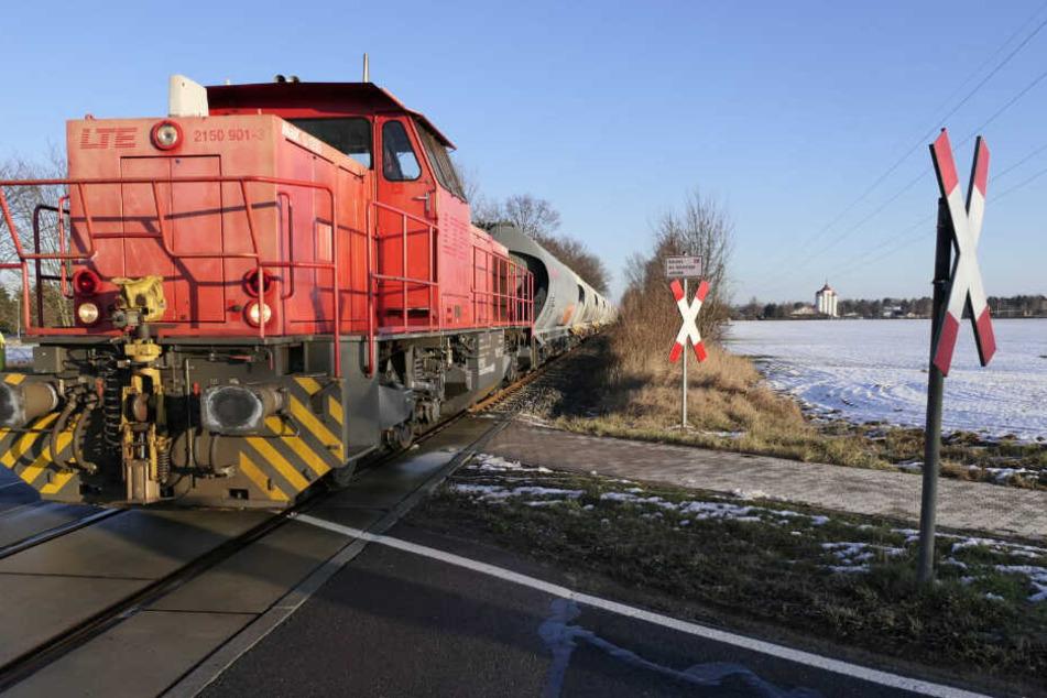 Auf einem mit einem Andreaskreuz gesicherten Bahnübergang kam es am frühen Morgen zu einem Zusammenstoß zwischen einem Pkw und einem Triebfahrzeug.