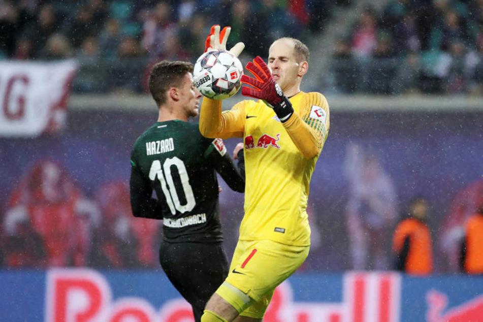 Auch am Sonntag wieder ein starker Rückhalt: RB-Torhüter Péter Gulácsi (r., hier gegen Gladbachs Thorgan Hazard).