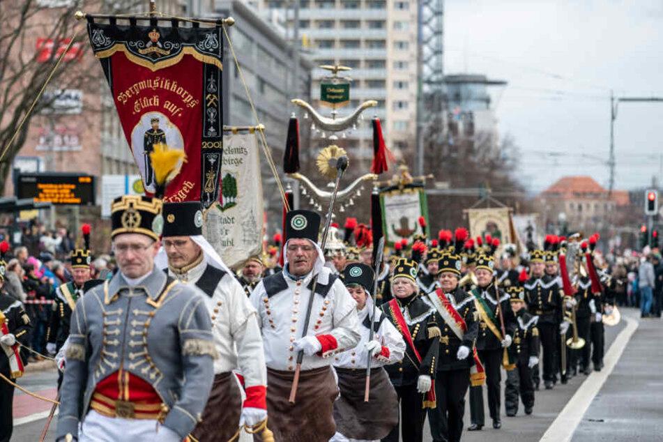 In feierlicher Tracht: Rund 1100 Bergleute waren bei der Chemnitzer Bergparade - der größten Deutschlands - dabei.