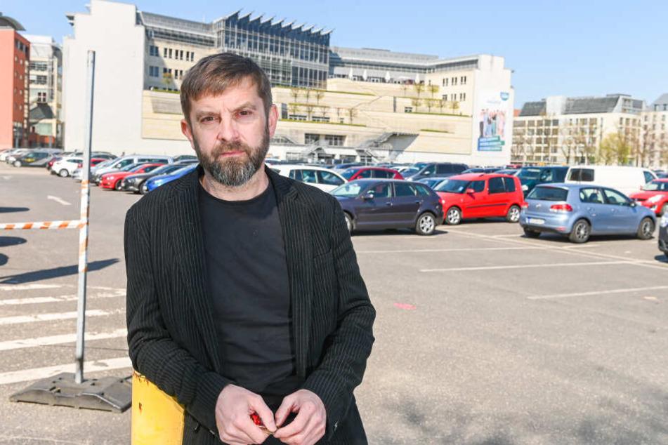Sauer über die Kündigung der Stadt: Mike Haza (47) auf dem Ferdinandplatz.