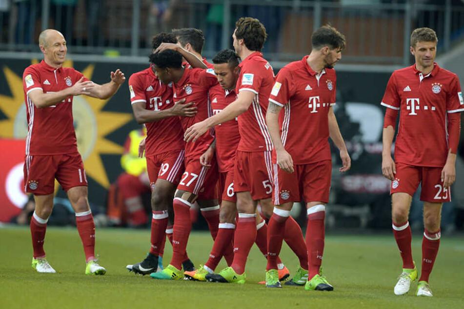 Gingen als Sieger und Meister vom Platz: Die Spieler von Bayern München nach dem Spiel in Wolfsburg.