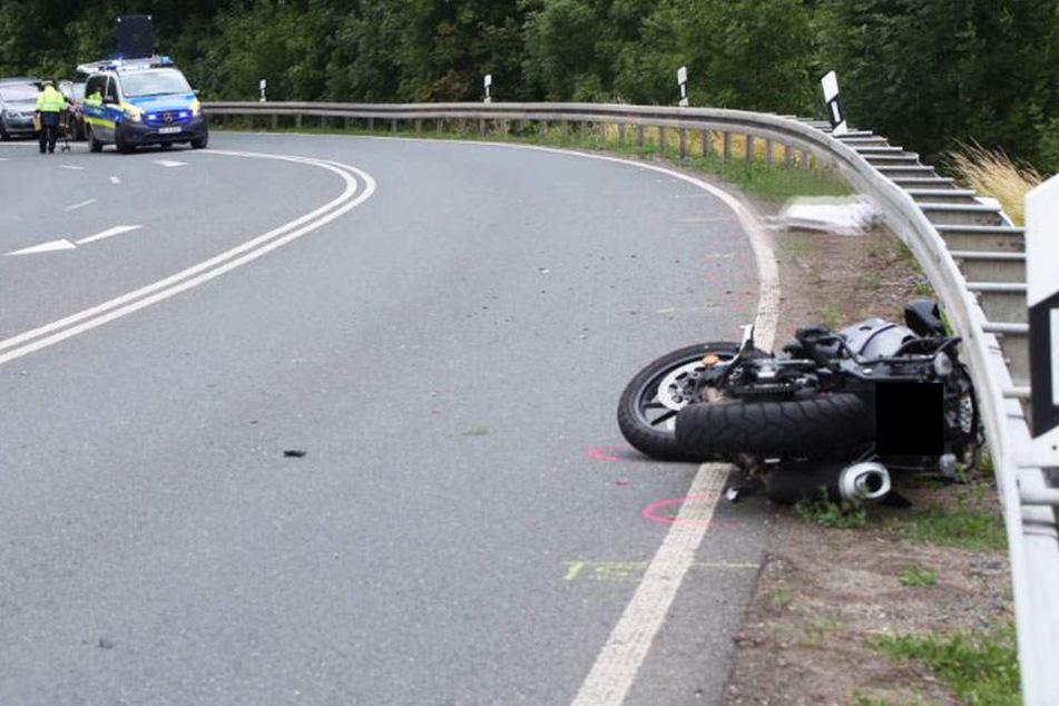Motorradfahrer prallt gegen Leitplanke und stirbt