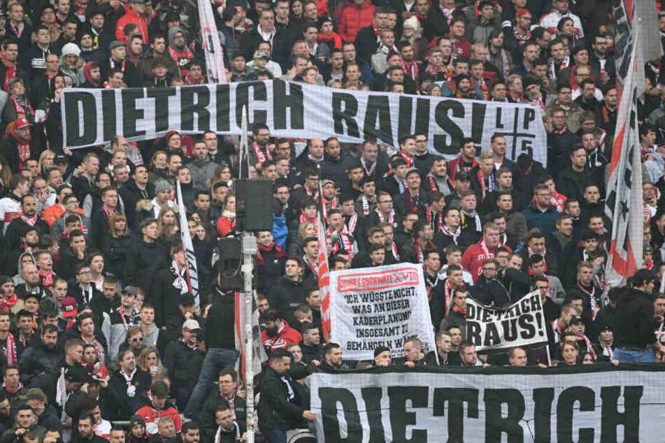 """VfB-Fans skandieren beim Bundesliga-Heimspiel gegen Bayer 04 Leverkusen """"Dietrich raus!"""" auf Bannern."""
