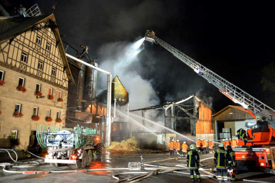 23. August 2015: Feuerwehrleute bekämpfen den Brand in Kirchberg an der Jagst.