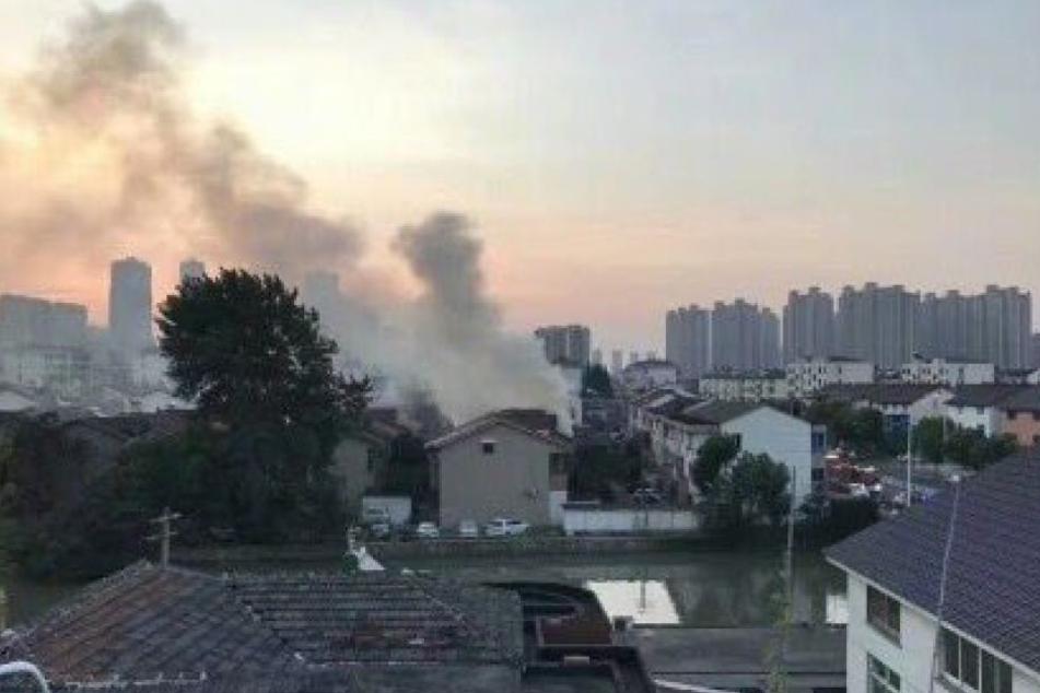 Rauchschwaden stiegen über dem Wohnhaus in den Himmel.