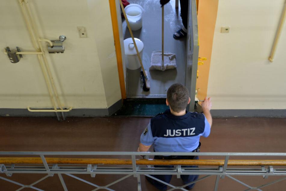 Drogen in den Knast geschmuggelt? Anwalt und fünf Komplizen sitzen auf der Anklagebank