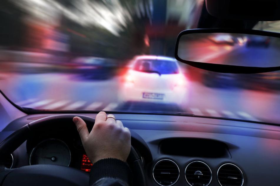 Mit einem irrsinnigen Tempo floh der Fahrer vor der Polizei. (Symbolbild)