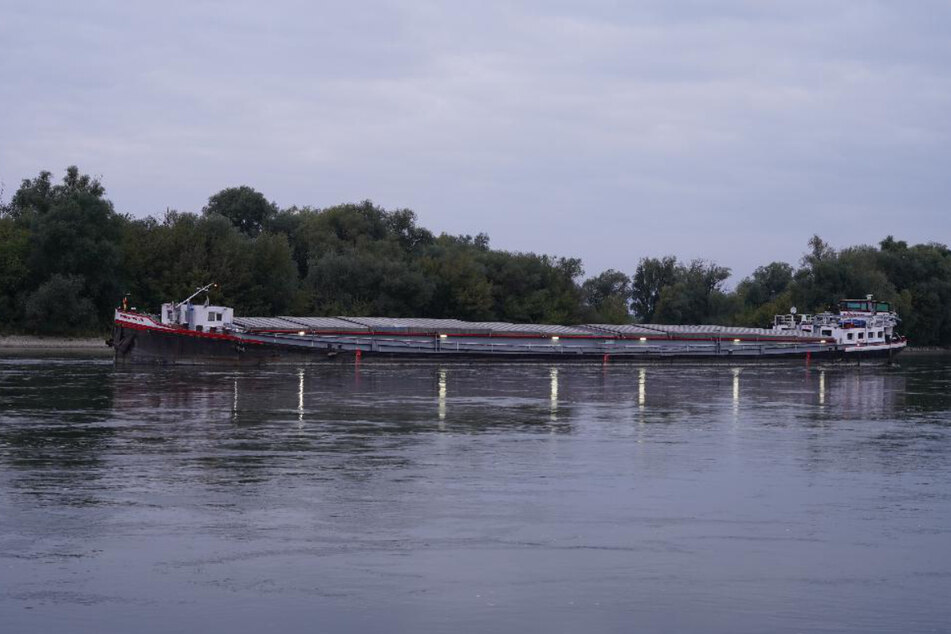 Das Güterschiff ist auf eine Kiesbank in der Donau aufgelaufen.