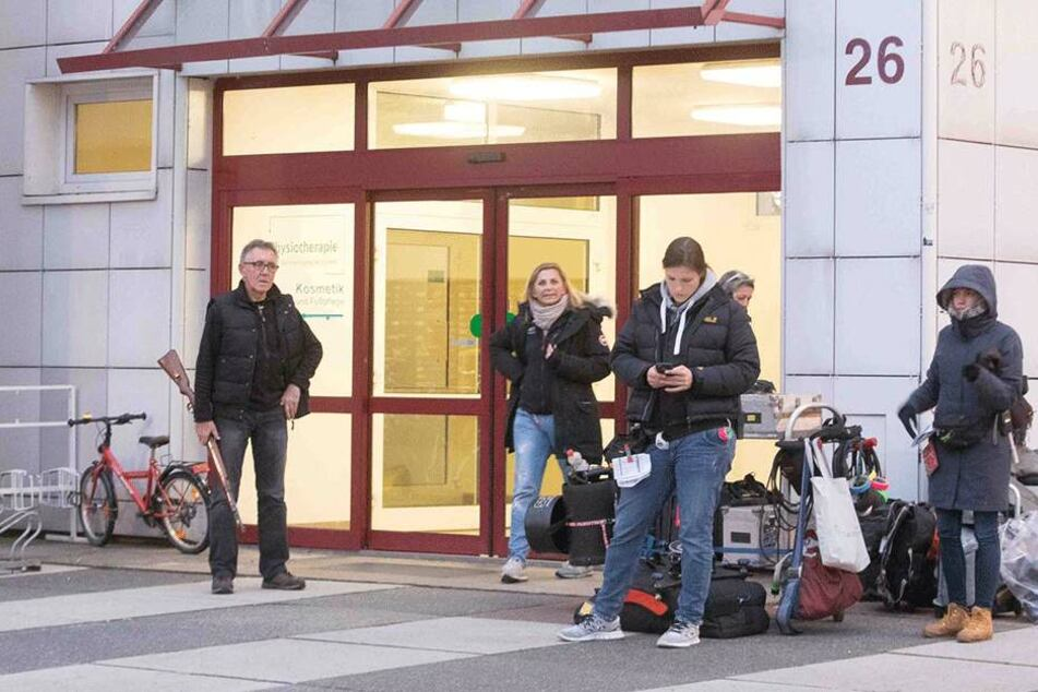 Während der Dreharbeiten für den neuesten Dresden-Tatort steht ein Mitarbeiter mit Gewehr vor dem Hochhaus auf der Grunaer Straße.