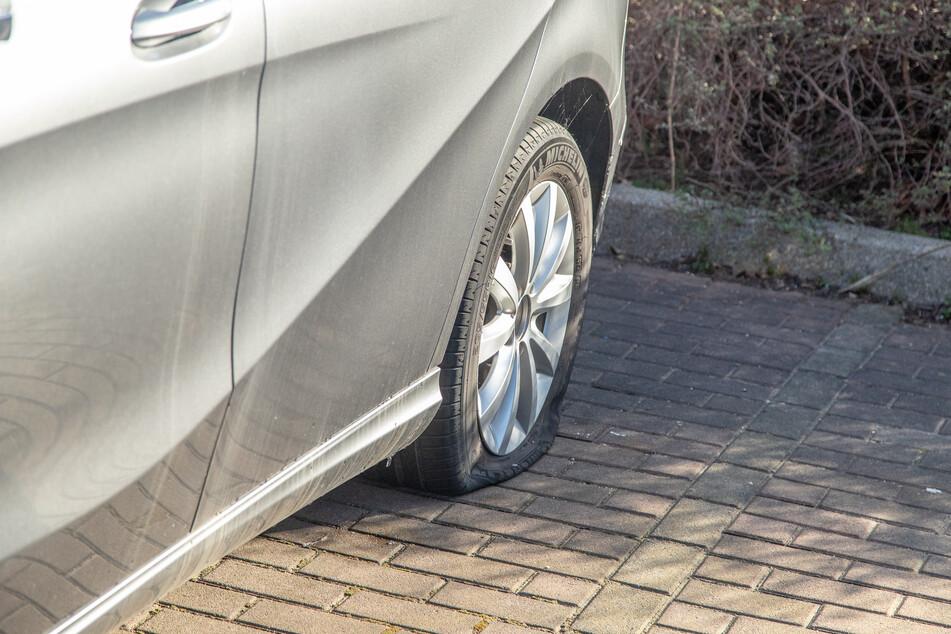 In Zwickau haben Unbekannte mehrere Reifen zerstochen.
