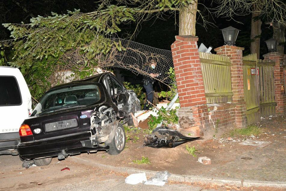 Der 18-Jährige prallte zunächst gegen einen Baum, dann gegen einen abgestellten Transporter und fuhr schließlich gegen eine Mauer.