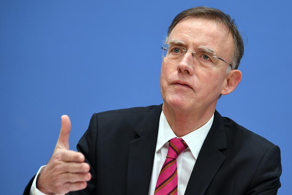 Gerd Landsberg (69), Hauptgeschäftsführer des Deutschen Städte- und Gemeindebundes (DStGB), gibt eine Pressekonferenz.