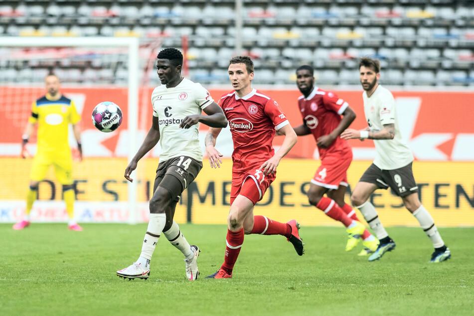 Der FC St. Pauli muss im Saisonendspurt auf Mittelfeldspieler Afeez Aremu (21, l.) verzichten, der aus privaten Gründen in seine Heimat reist.