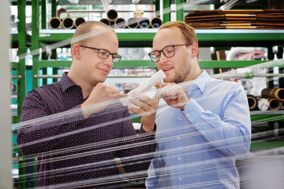 Gewebte Herzklappen made in Dresden: Dr. Ronny Brünler (35, r.) und Philipp Schegner (30) haben vier Jahre getüftelt, um die dafür nötige Textil-Technologie zur Reife zu bringen.