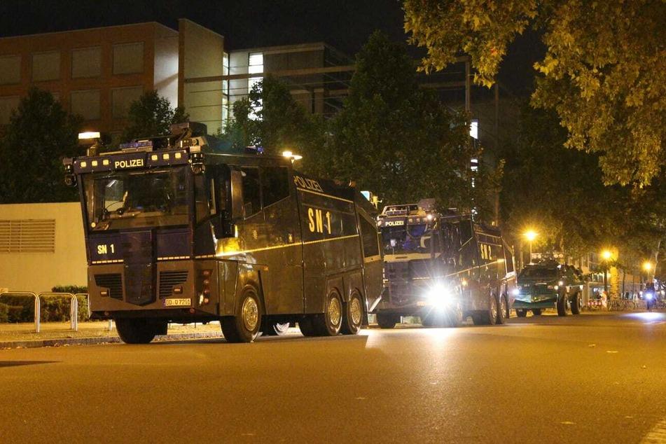 Die Polizei hatte bereits schweres Gerät aufgefahren. Zum Einsatz kamen die Wasserwerfer jedoch nicht. Es soll jedoch massiv Tränengas eingesetzt worden sein.