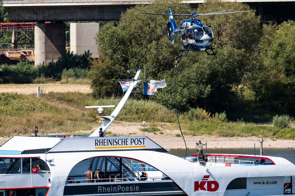 Zugriff aus der Luft auf Schiff im Rhein: SEK probt Ernstfall