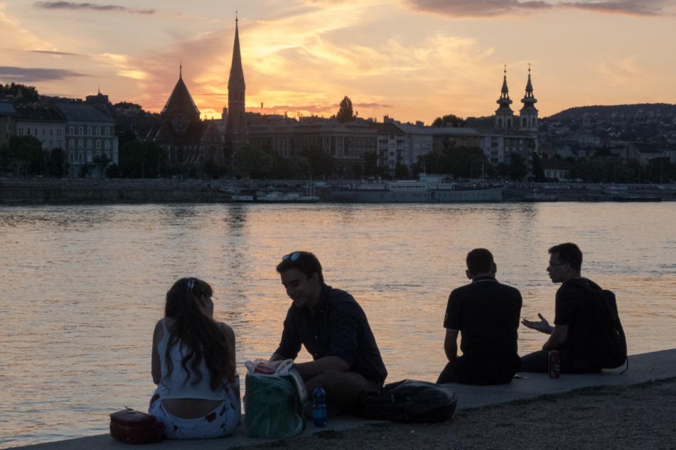 Ungarn, Budapest: Die Menschen verbringen ihre Freizeit am Ufer der Donau, nachdem die Ausgangsbeschränkungen zur Eindämmung der Corona-Pandemie aufgehoben wurden.
