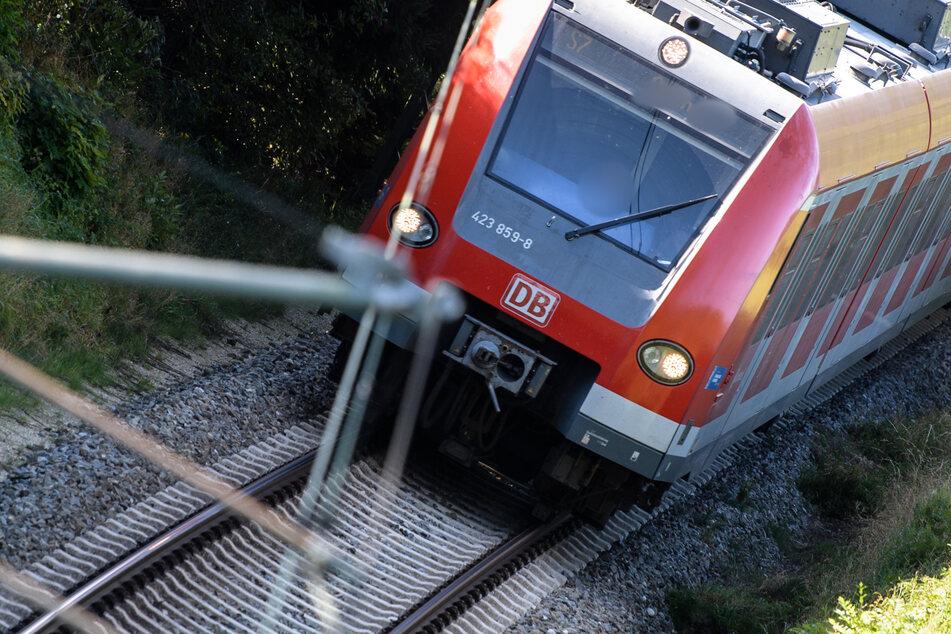 Tödliches Unglück: Mann (44) läuft Gleise entlang und wird von S-Bahn erfasst