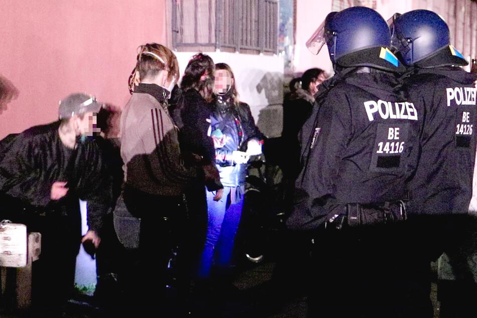 Vier Polizisten wurden bei Ausschreitungen am Sonntagabend in Berlin-Kreuzberg verletzt.