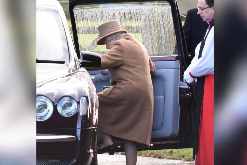 QueenElizabeth II (93) besteigt ein Auto. (Archivbild)