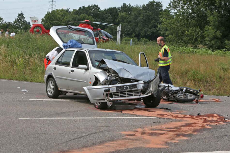 Ein Ford Fiesta ist gegen einen Alfa Romeo gefahren. Infolge dessen konnte ein Moped-Fahrer nicht mehr bremsen.