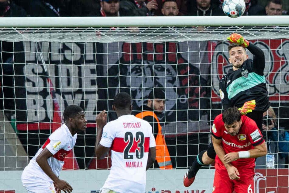 Leverkusens Lucas Alario (l) bejubelt sein Tor zum 2:0. Rechts steht Stuttgarts Clinton Mola.
