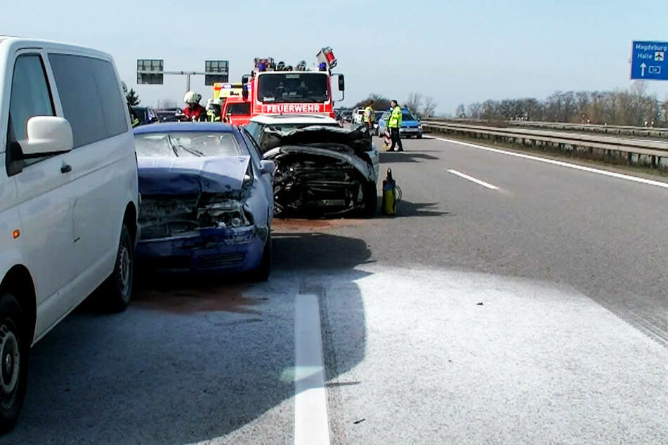 Gleich vier Autos waren in den Unfall auf der A14 auf Höhe der Abfahrt zum Messegelände verwickelt.
