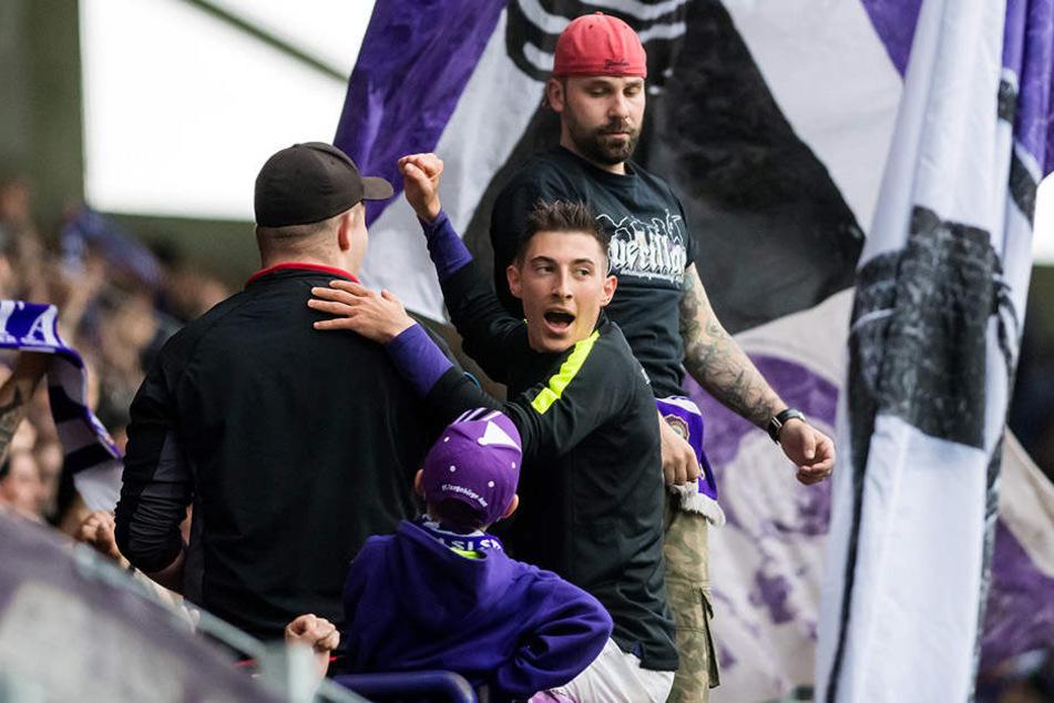 Nach dem Abpfiff musste Mario Kvesic auf den Zaun und feierte den so wichtigen Sieg mit den Fans.