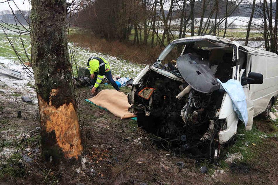 Der Fahrer des Transporters verstarb noch an der Unfallstelle.