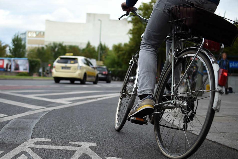 Ein unbekannter Junge schubste ein Mädchen (10) von deren Fahrrad und verschwand. Wer hat den Vorfall beobachtet?