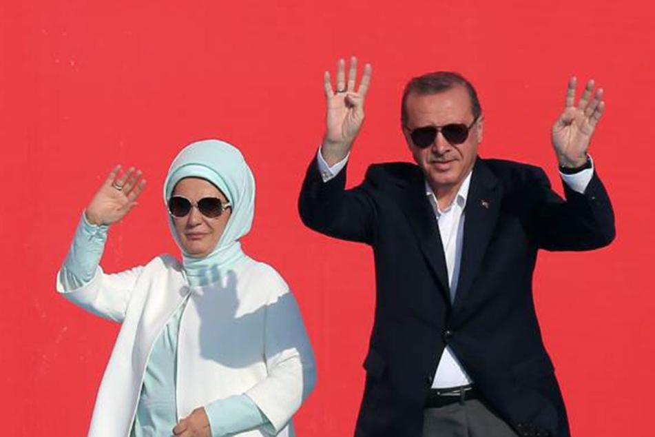 Präsident Recep Tayyip Erdoğan (62) und seine FrauEmine (60) zeigen bei einer Großkundgebung in Istanbul das R4bia-Zeichen.