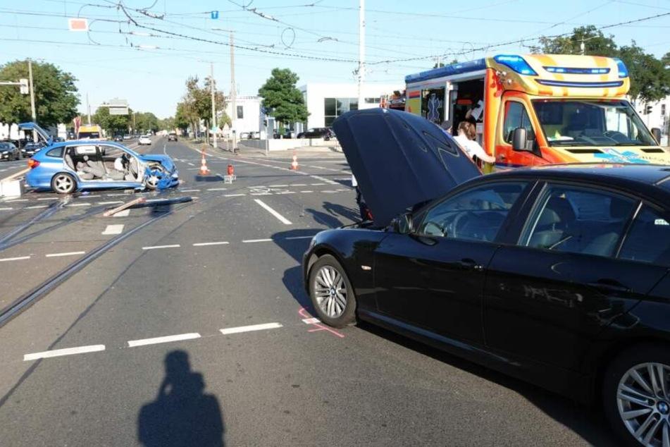 Ein Kia und ein BMW waren kollidiert. Daraufhin wurde der BMW gegen einen Krankenwagen geschleudert.