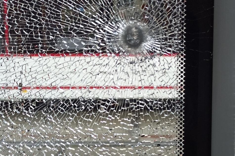 Der Schaden ist unübersehbar. Ein Foto zeigt, wie sich eine Stahlkugel in eine Scheibe bohrte.
