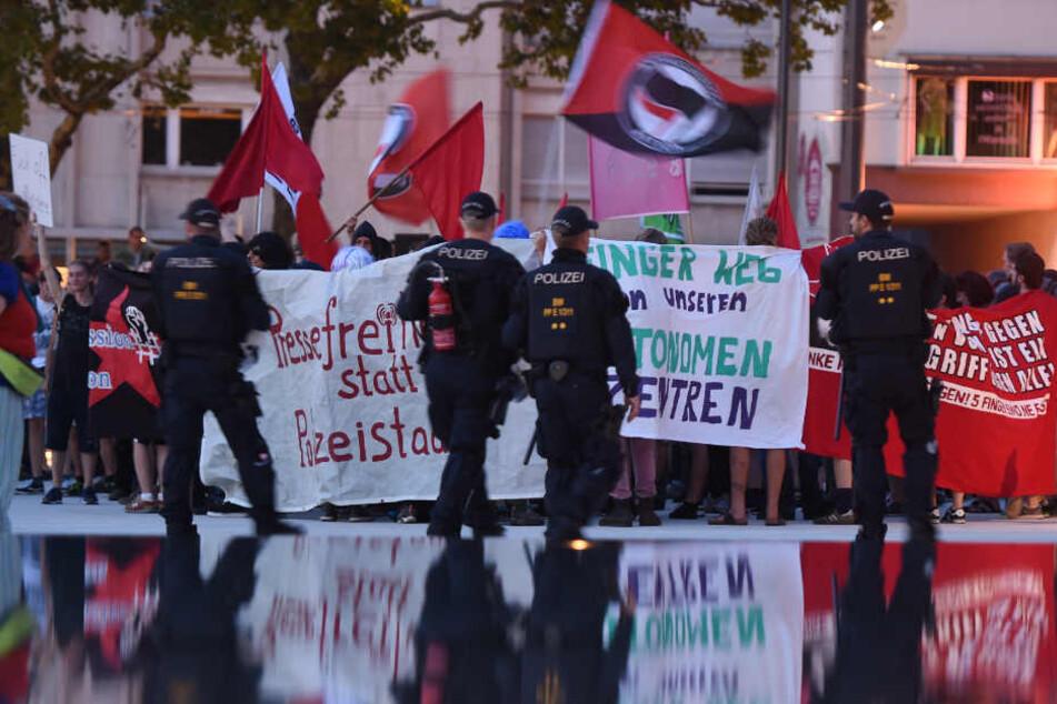 """August 2017: Die linke Szene demonstriert in Freiburg gegen das Verbot der Plattform """"linksunten.indymedia""""."""