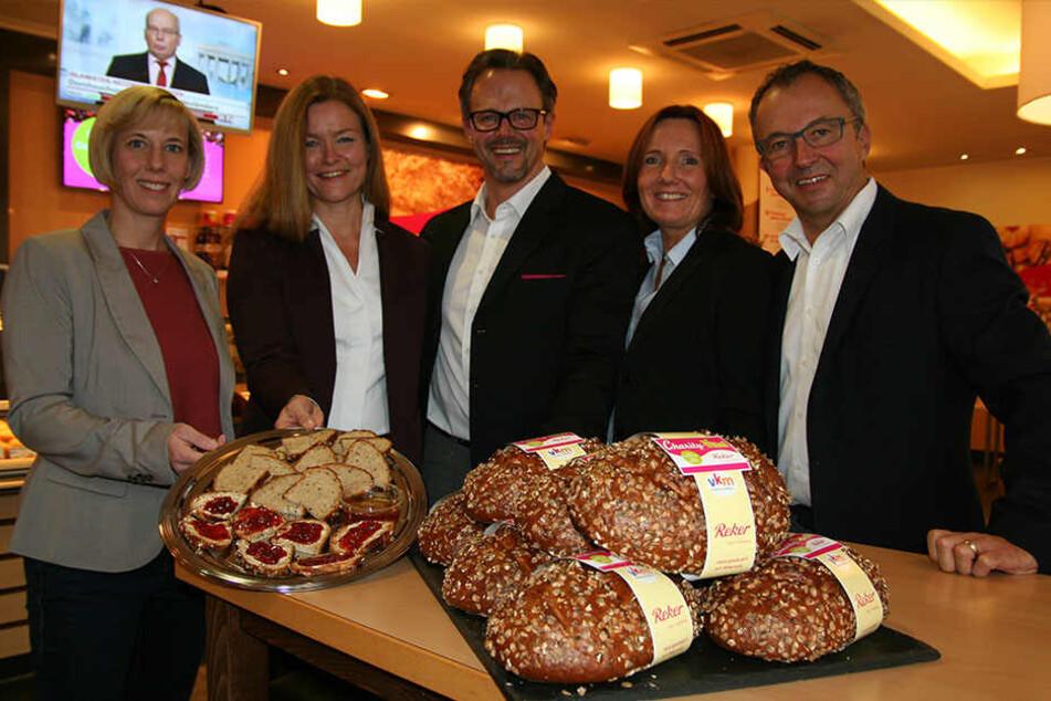 Präsentieren das Charity-Vital-Brot: Kristina Witschel (Geschäftsführerin VKM) sowie die Unternehmerfamilie Angele, Karsten, Barbara und Andreas Reker.