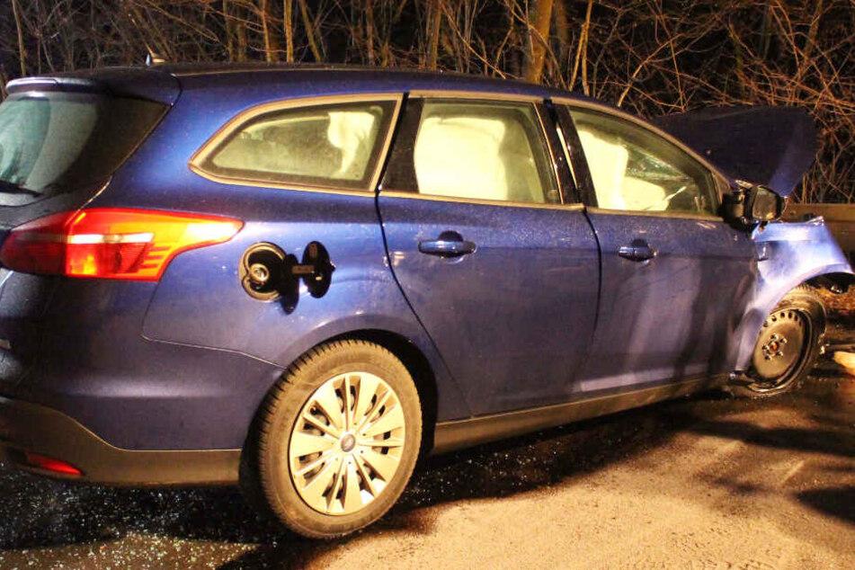 Ein Ford und ein Saab sind auf der Staatsstraße 2163 frontal zusammengestoßen.