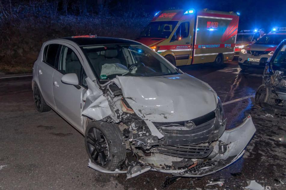 Der Opel Corsa wurde bei dem Unfall stark beschädigt.